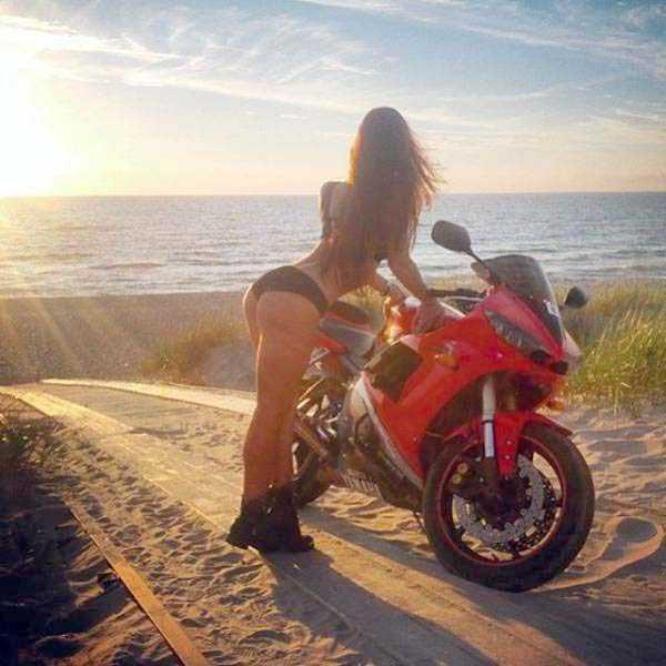 sexy-girls-on-bikes (17)