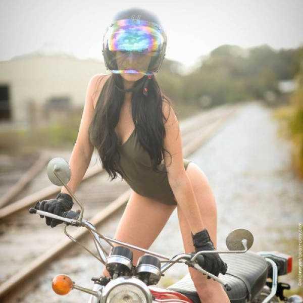 sexy-girls-on-bikes (44)