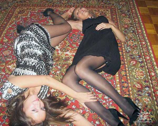 russian-girls-posing-with-carpets (1)