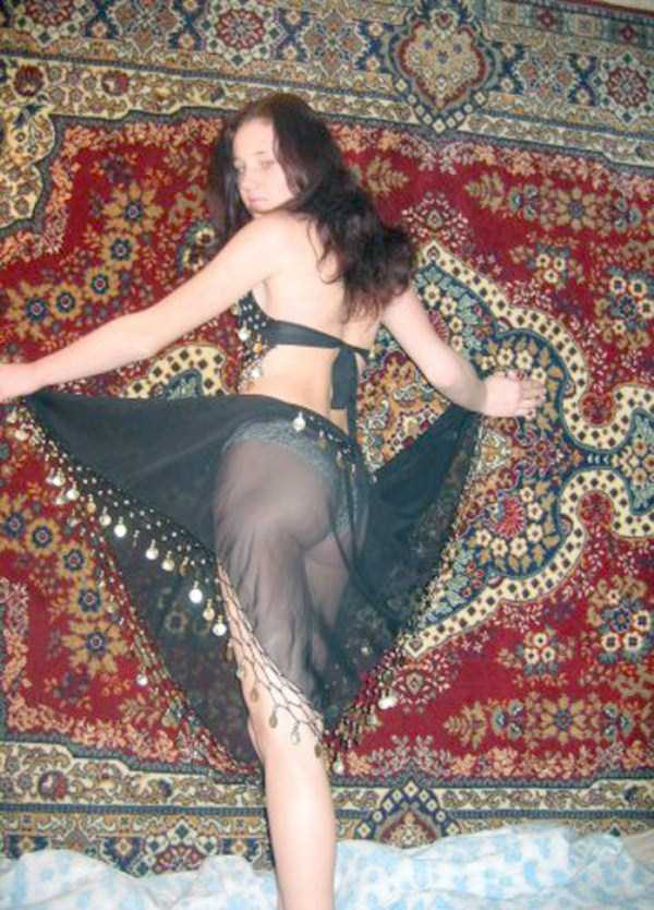 russian-girls-posing-with-carpets (12)
