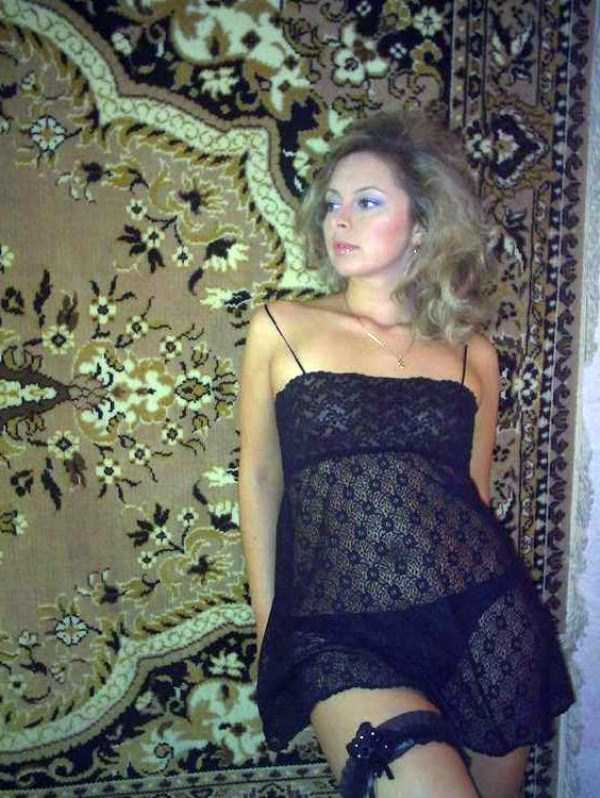russian-girls-posing-with-carpets (31)