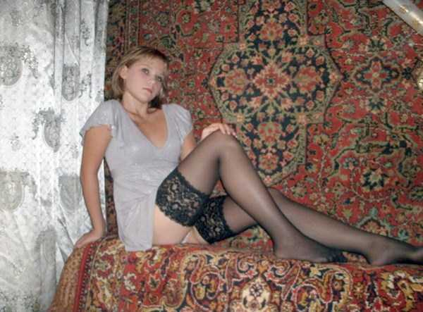 russian-girls-posing-with-carpets (6)