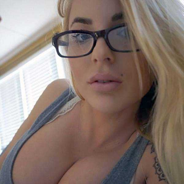 sexy-girls-wearing-glasses (19)