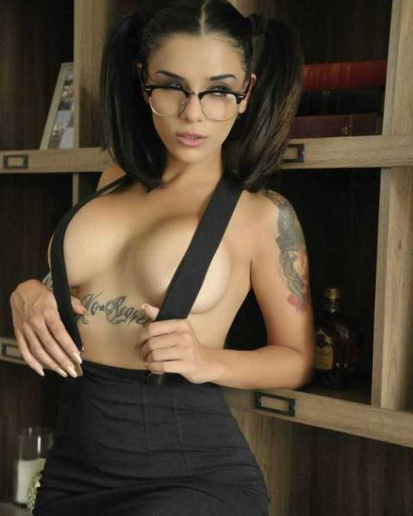 sexy-girls-wearing-glasses (42)