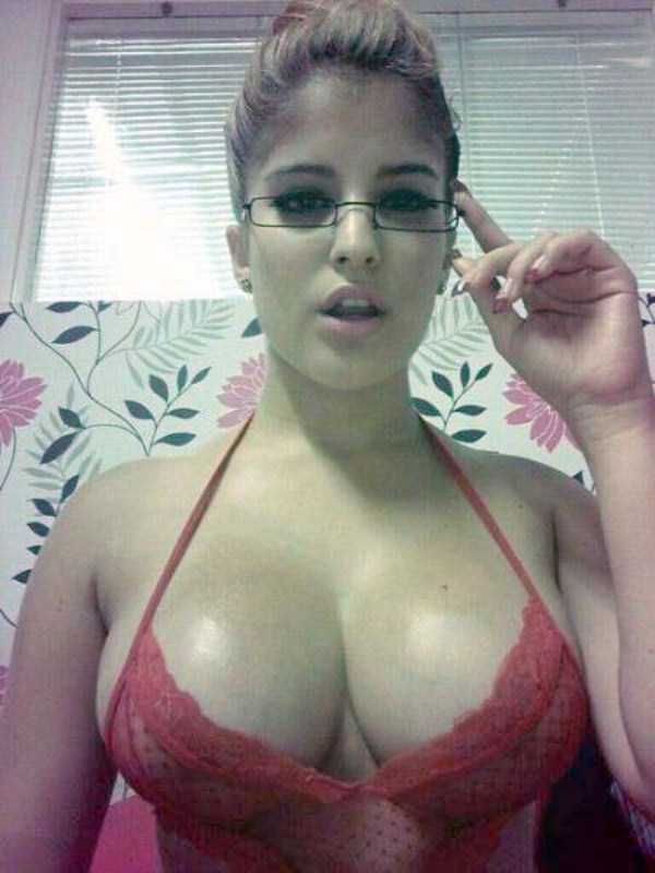 sexy-girls-wearing-glasses (57)