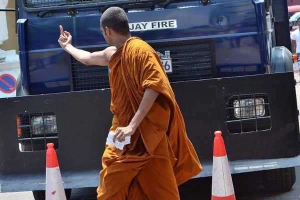 budhist-monk-shows-middle-finger (1)