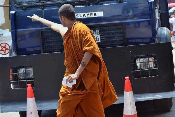 budhist-monk-shows-middle-finger (15)