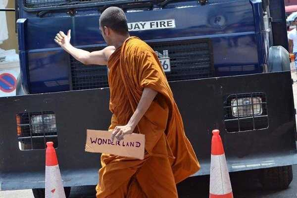budhist-monk-shows-middle-finger (4)