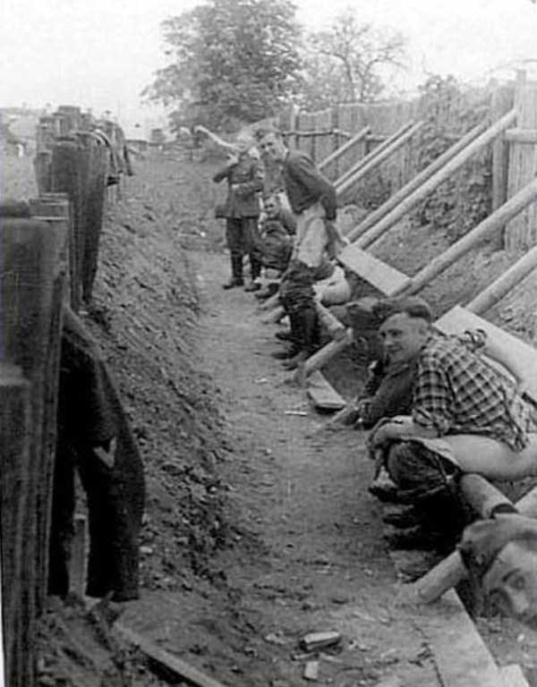 nazis-taking-dump (24)
