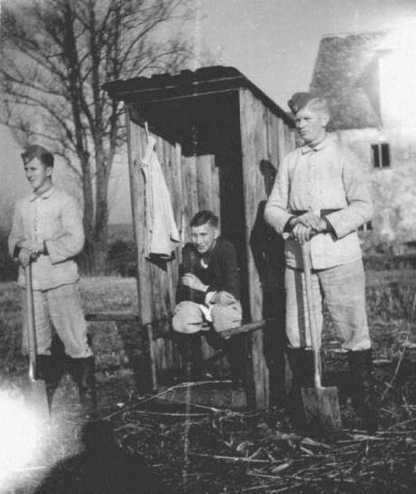 nazis-taking-dump (3)
