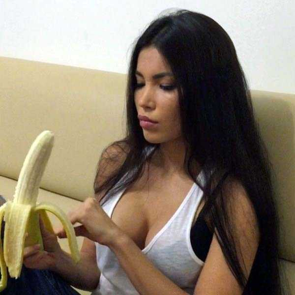 girls-eating-bananas (12)