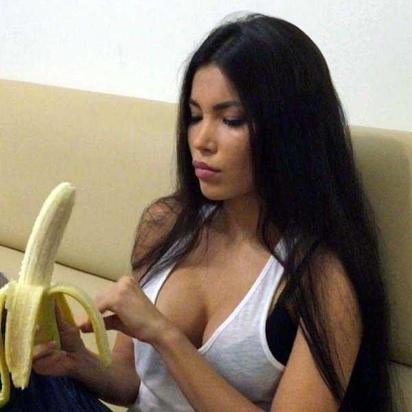 girls-eating-bananas (12)