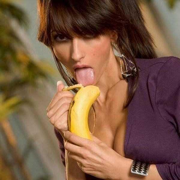 girls-eating-bananas (16)