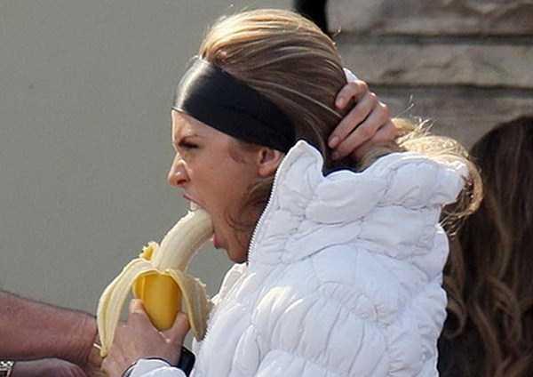girls-eating-bananas (18)