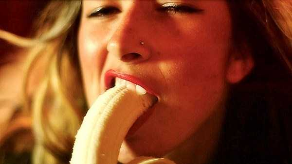 girls-eating-bananas (23)