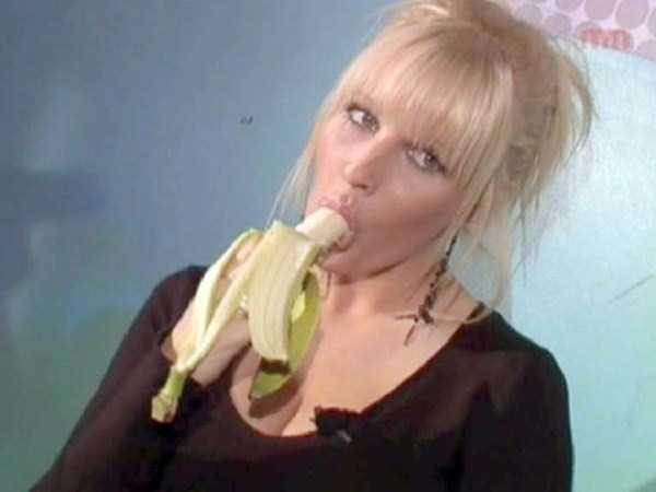 girls-eating-bananas (3)
