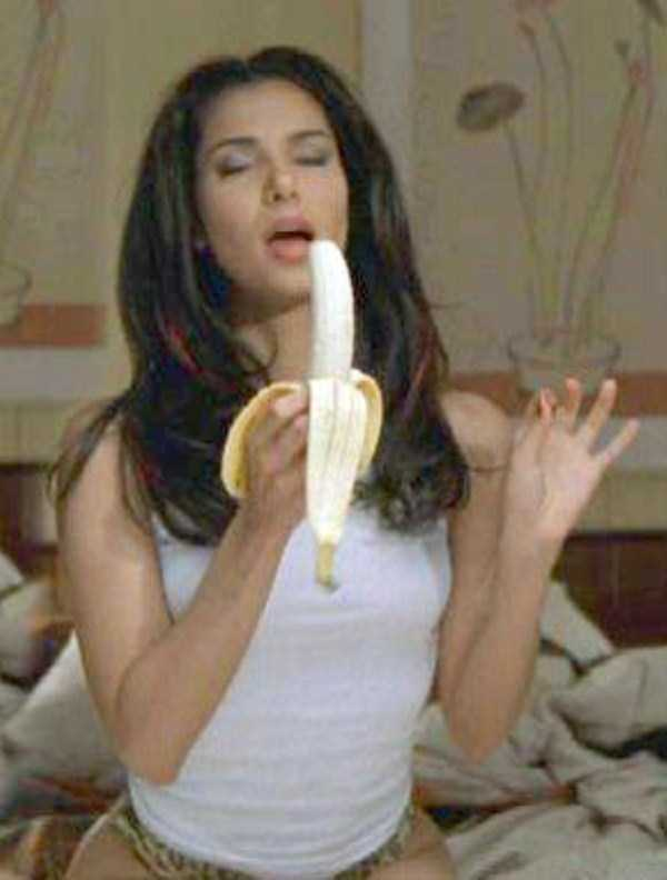 girls-eating-bananas (30)