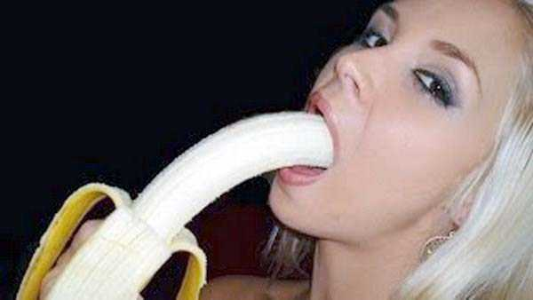 girls-eating-bananas (9)