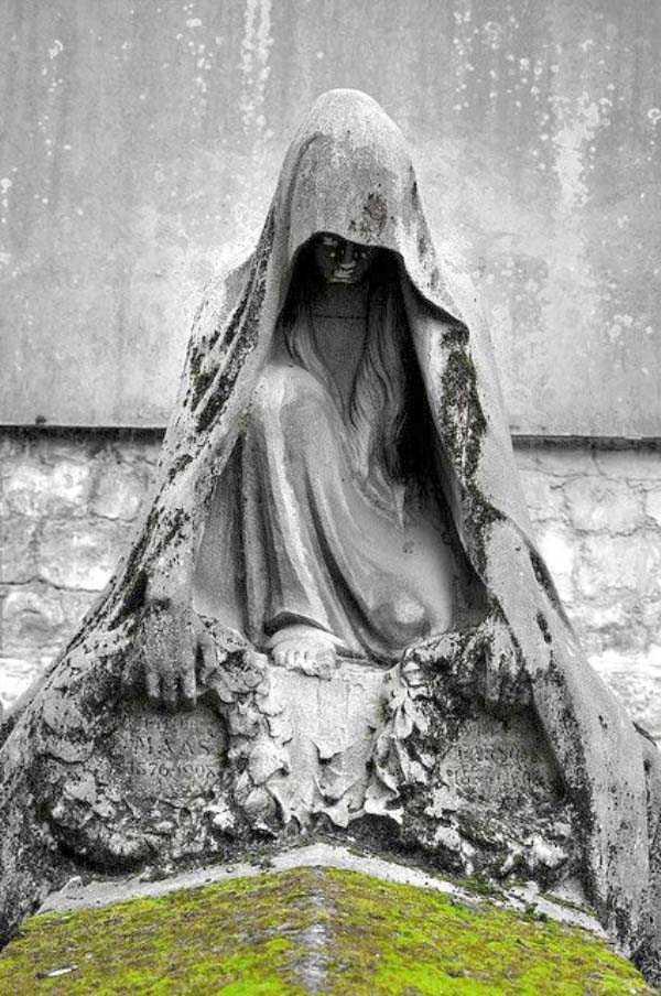 creepy-bizarre-cemetery-statues-1