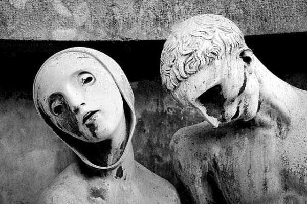 creepy-bizarre-cemetery-statues-10