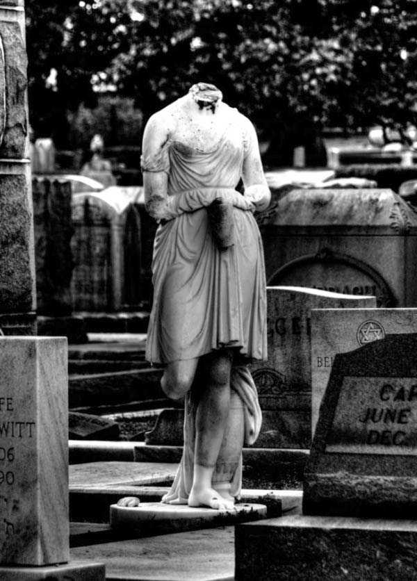creepy-bizarre-cemetery-statues-13