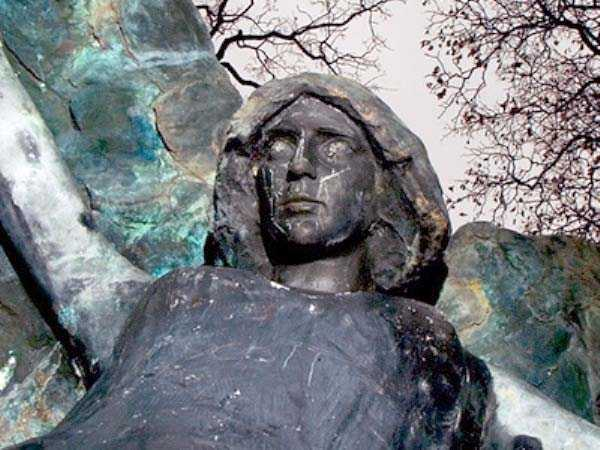 creepy-bizarre-cemetery-statues-15