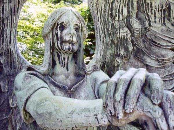 creepy-bizarre-cemetery-statues-16