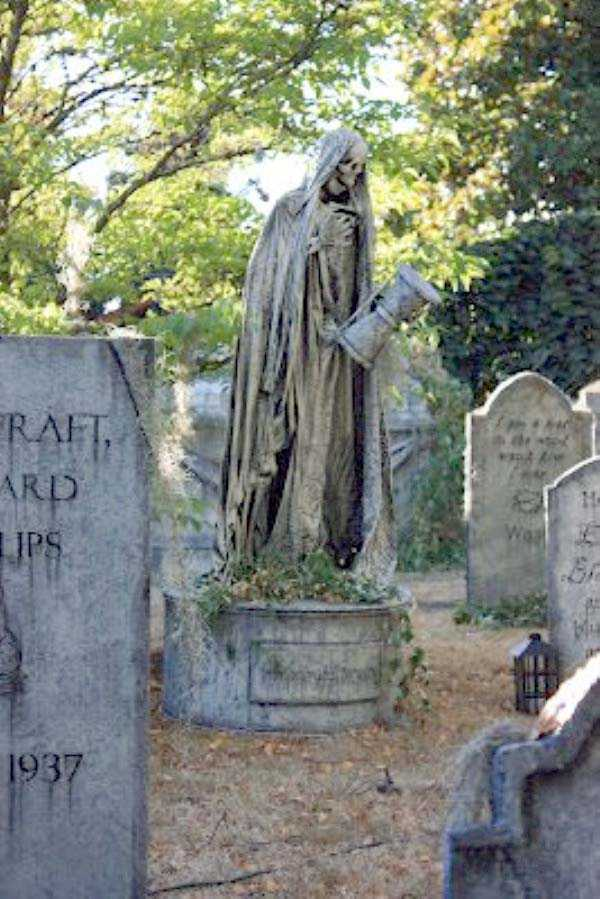 creepy-bizarre-cemetery-statues-17