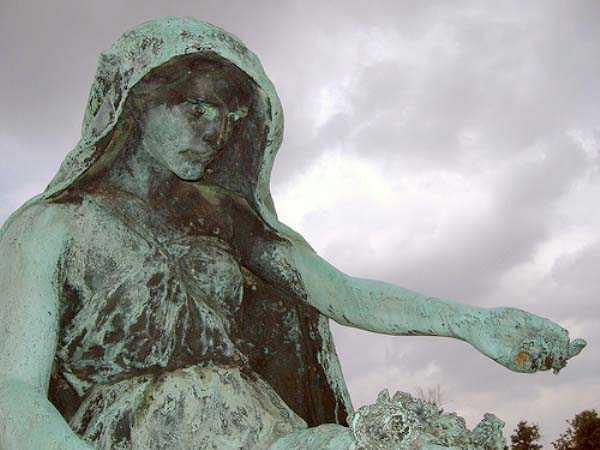 creepy-bizarre-cemetery-statues-19