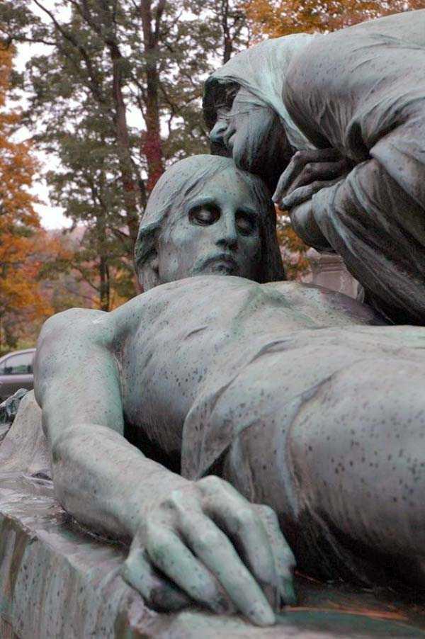 creepy-bizarre-cemetery-statues-2