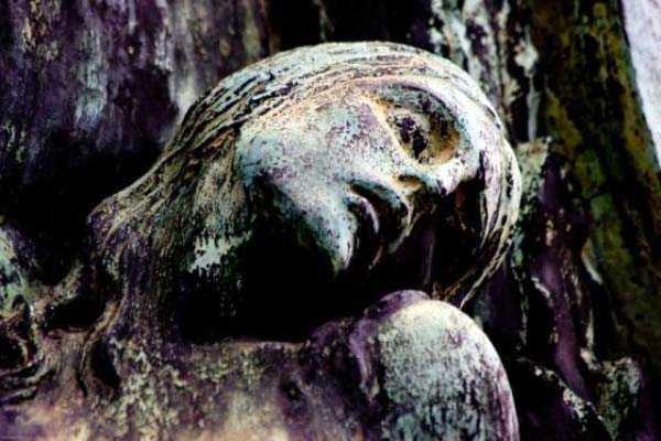 creepy-bizarre-cemetery-statues-20