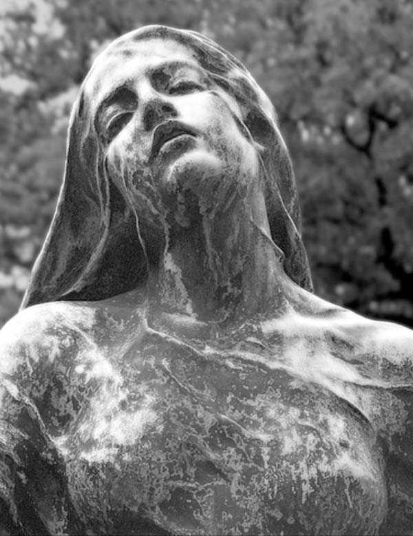creepy-bizarre-cemetery-statues-24