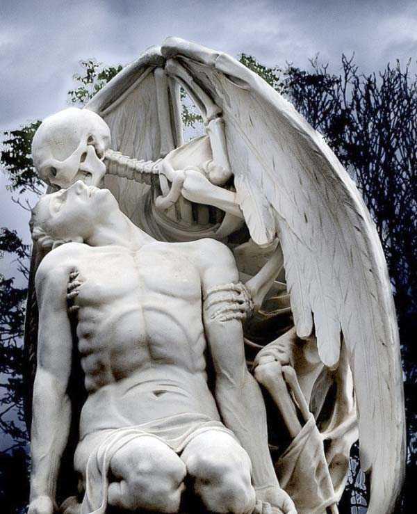 creepy-bizarre-cemetery-statues-4