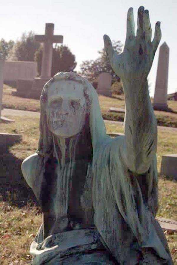 creepy-bizarre-cemetery-statues-5