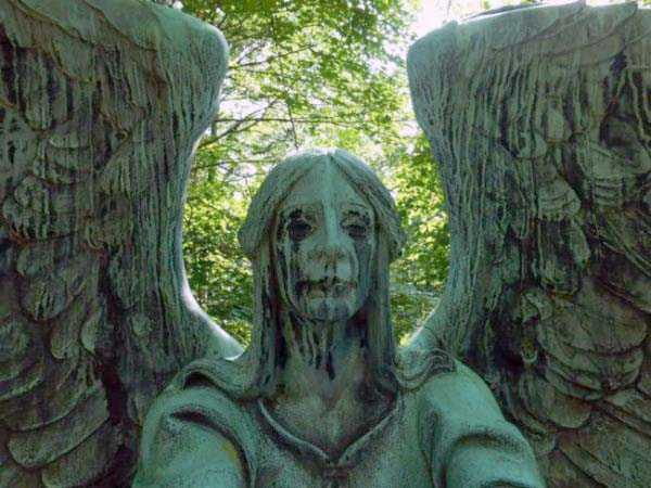 creepy-bizarre-cemetery-statues-7