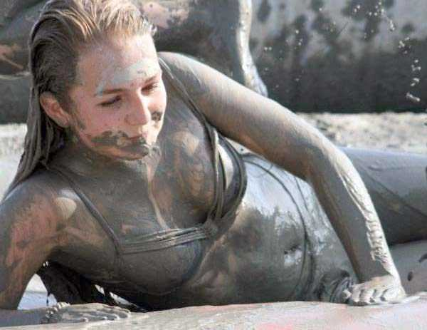girls-covered-in-dirt-33