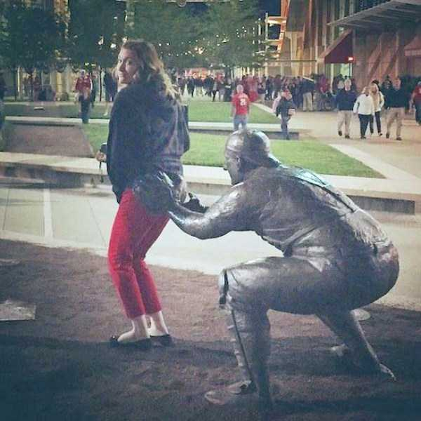 people-having-fun-with-statues (1)