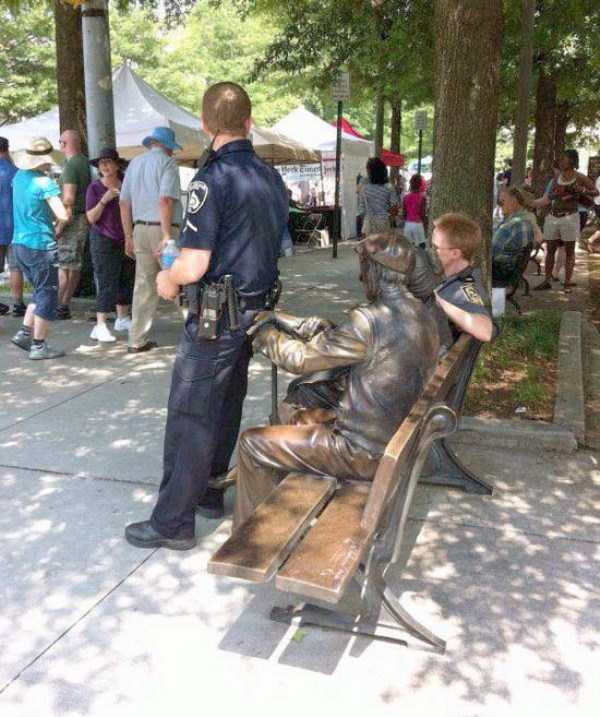 people-having-fun-with-statues (2)