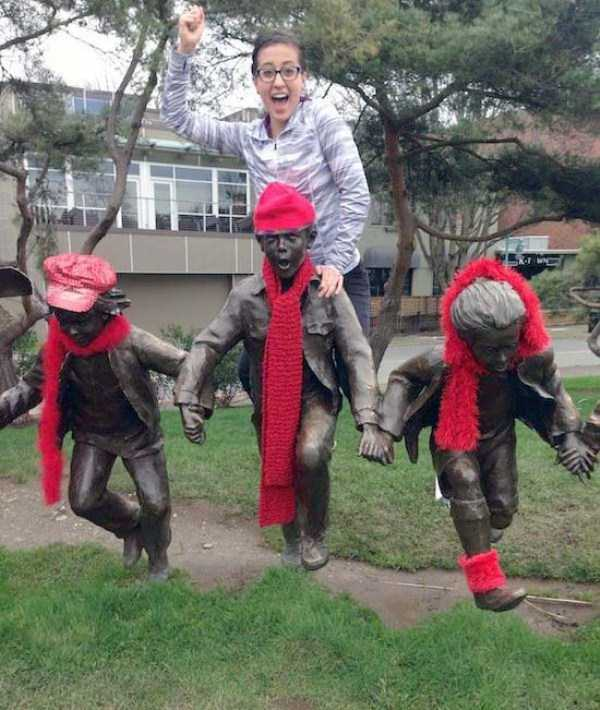 people-having-fun-with-statues (21)