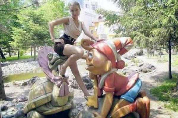 people-having-fun-with-statues (23)