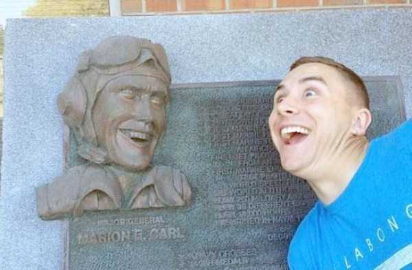 people-having-fun-with-statues (28)