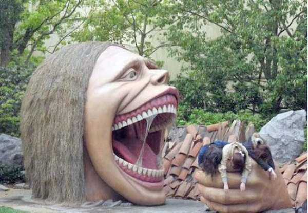 people-having-fun-with-statues (3)