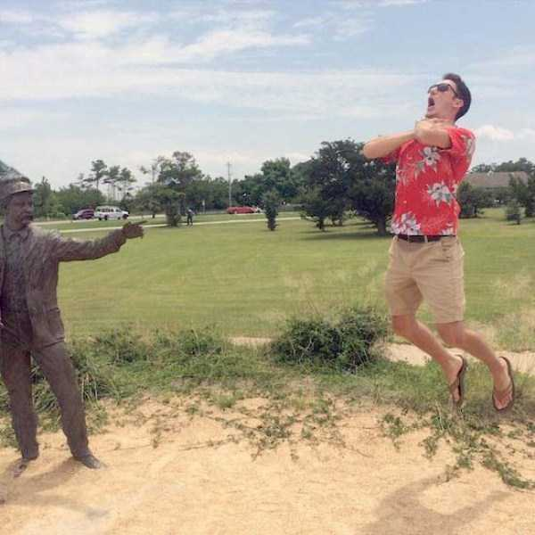 people-having-fun-with-statues (9)