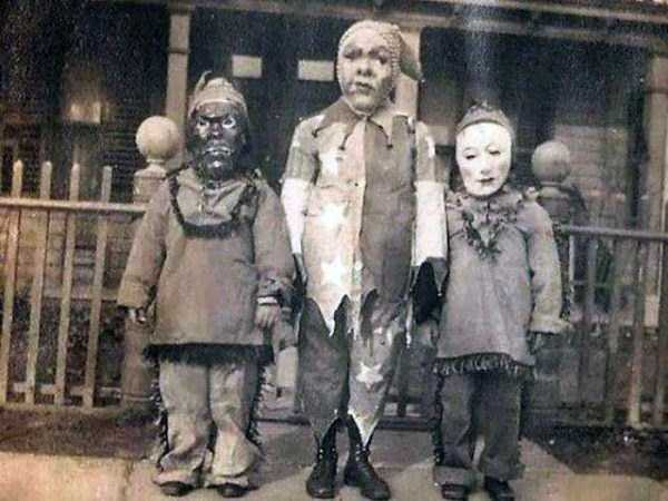 creepy-retro-halloween-costumes-1