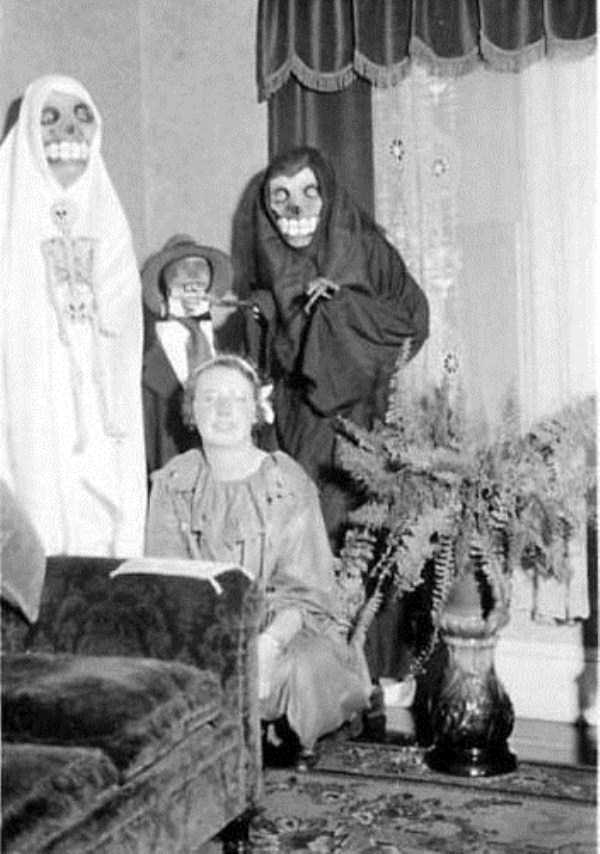 creepy-retro-halloween-costumes-14