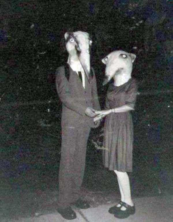 creepy-retro-halloween-costumes-15