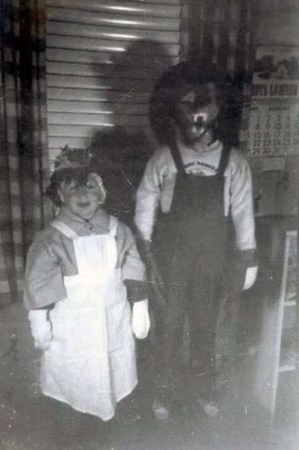 creepy-retro-halloween-costumes-17