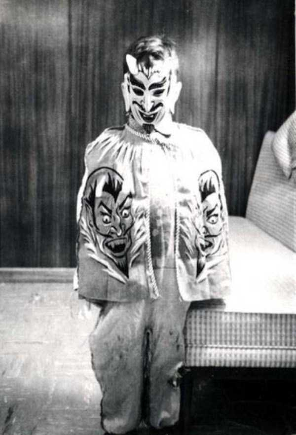creepy-retro-halloween-costumes-18