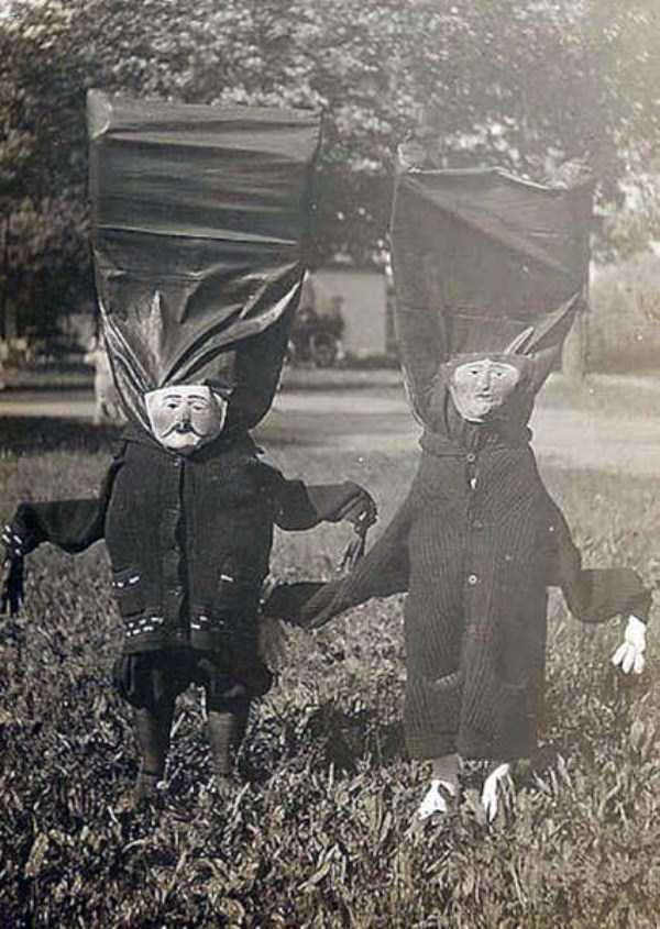 creepy-retro-halloween-costumes-23