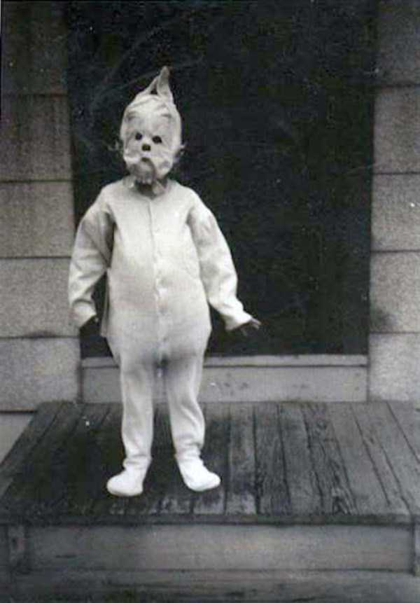 creepy-retro-halloween-costumes-25